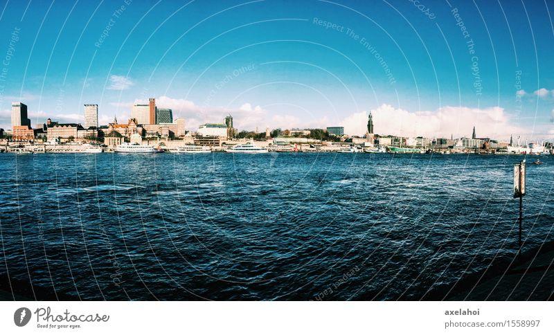 Hamburg Landungsbrücken Fluss Stadt Hafenstadt Skyline Menschenleer Schifffahrt Abenteuer Hamburger Hafen Farbfoto mehrfarbig Außenaufnahme Textfreiraum unten