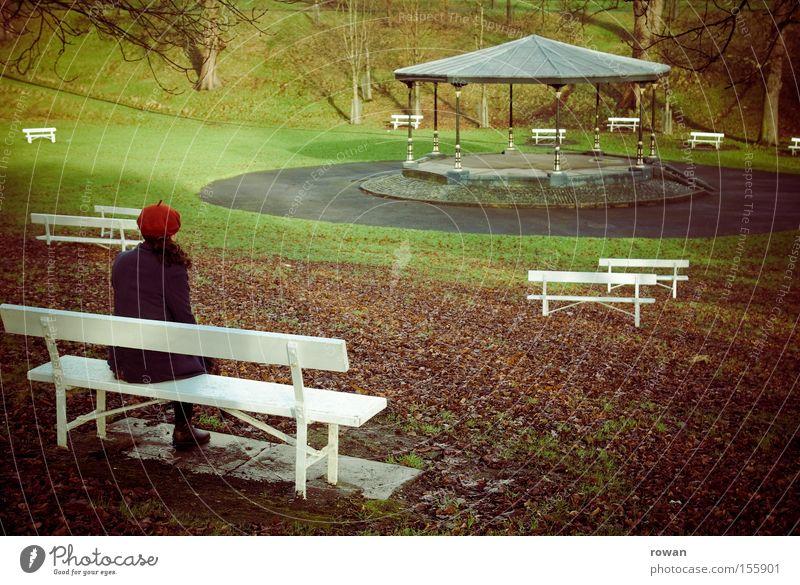stilles konzert Frau Winter ruhig Einsamkeit Herbst Garten Park Denken Trauer Bank Vergänglichkeit Konzert Verzweiflung Orchester innehalten Pavillon