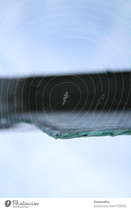 Achtung Gefahr! Himmel Fenster Glas Ecke gefährlich kaputt bedrohlich fallen Spitze verfallen gebrochen durchsichtig Fensterscheibe Zerstörung Rahmen Scherbe