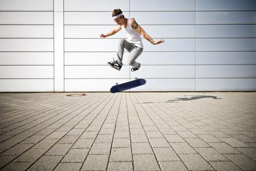360 Umdrehung Sport Spielen Jugendliche Funsport Flip Skateboard Skateboarderin Schlittschuhlaufen skaten Skateboarding Gefedert Dynamik Energie einsatz Kraft