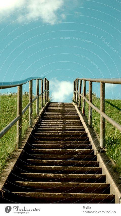 Nach oben geht's! Himmel grün blau Wolken Gras hoch Treppe Richtung Verkehrswege aufwärts Geländer abwärts Treppengeländer Deich