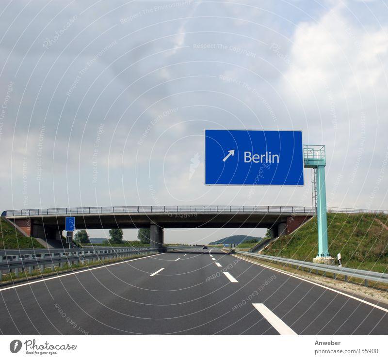 Autobahn-Wegweiser nach Berlin blau Straße Deutschland Schilder & Markierungen Verkehr Asphalt Pfeil fahren Richtung Autofahren Hauptstadt Europa Ausfahrt