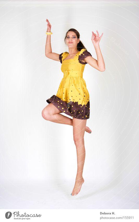 jump Frau weiß Sommer Freude gelb springen Beine Kleid Bekleidung