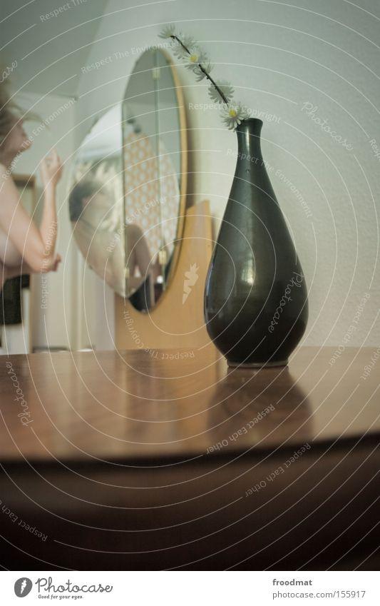 haare machen Vase retro Design Spiegel Haarpflege Frau Tisch Blume subtil schön Brust Reflexion & Spiegelung Dekoration & Verzierung Reflexion u. Spiegelung