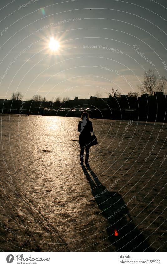 Cold Sun Sonne Eis Schatten kalt Winter Himmel schwarz Frau Berlin Reflexion & Spiegelung Tasche Schnee Stimmung Einsamkeit Konzentration silhoutte mauerpark