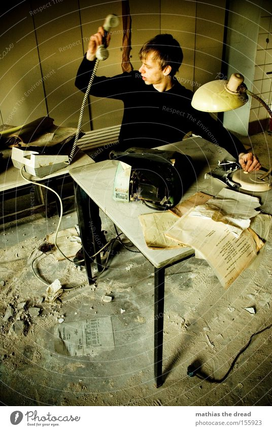 SCHATZ ICH KOMM HEUTE FRÜHER AUS DEM BÜRO Mann Arbeit & Erwerbstätigkeit dunkel Büro Fenster Business Telefon Schreibtisch verfallen Müdigkeit Stress Management schäbig Telefongespräch Schrank sprechen