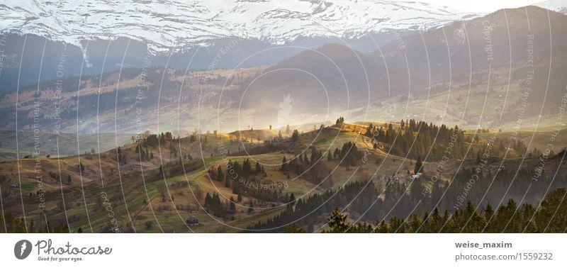 Sonnige Berge im Frühjahr. Schnee und grüne Felder Natur Ferien & Urlaub & Reisen Baum Landschaft Haus Wald Berge u. Gebirge Frühling Wiese natürlich Felsen