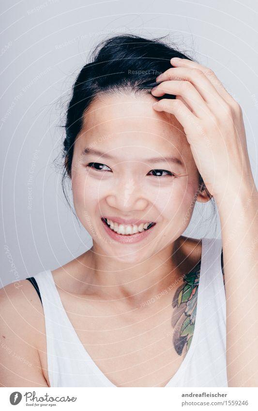 Miss T. feminin Junge Frau Jugendliche 1 Mensch 13-18 Jahre 18-30 Jahre Erwachsene T-Shirt schwarzhaarig kurzhaarig langhaarig Zopf berühren Denken glänzend