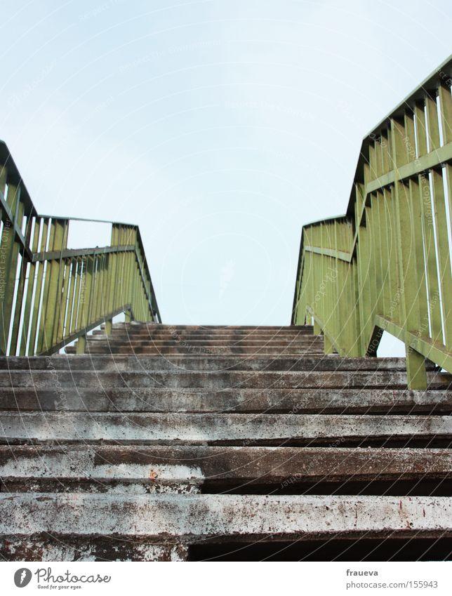 es geht aufwärts Himmel grün blau Farbe grau Architektur Europa Treppe steigen Geländer Treppengeländer Brückengeländer