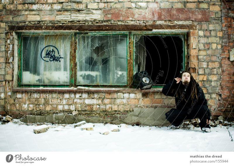 LAUSCHANGRIFF Mann alt kalt Wand Schnee Fenster Musik verfallen hören Backstein Konzert schäbig Lautsprecher Rastalocken Jugendkultur
