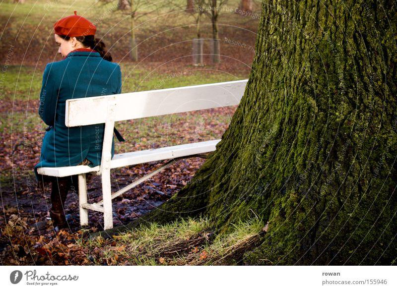moment im park Frau Baum ruhig Einsamkeit kalt Erholung Herbst Garten Traurigkeit Park Denken sitzen Trauer Bank Parkbank