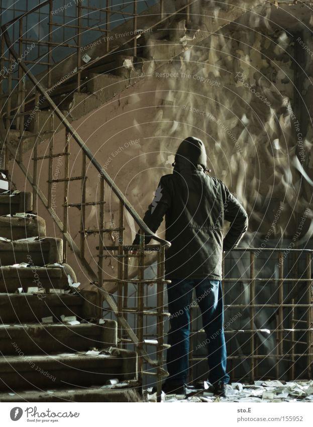 schnee im treppenhaus Mensch alt kalt dreckig verfallen Geländer chaotisch Treppenhaus Halt Illusion absurd