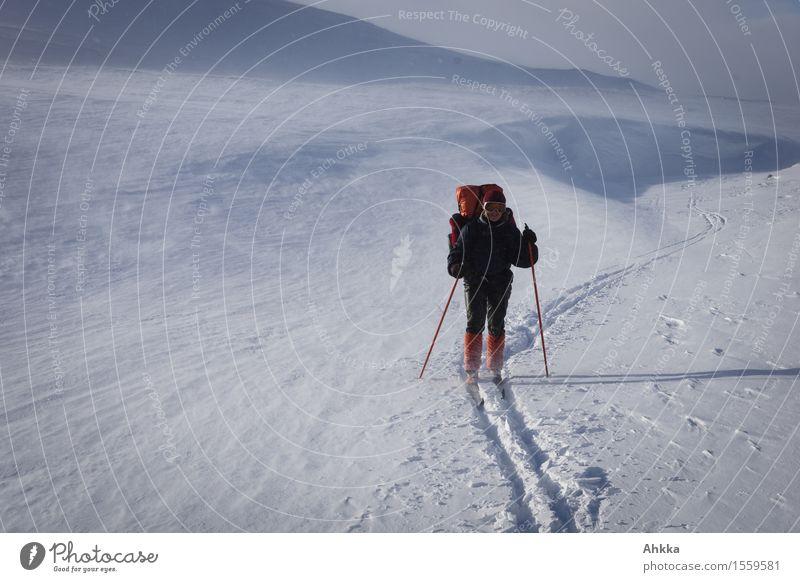 aufm Weg Mensch Weihnachten & Advent blau weiß Landschaft Einsamkeit Ferne Winter Schnee feminin Freiheit orange Eis Kraft Lebensfreude einzigartig
