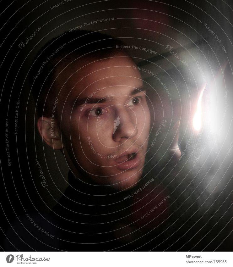 Lichtblitz Mann Gesicht Lampe dunkel Angst maskulin obskur Panik erstaunt Entsetzen Erkenntnis bezaubernd Fotolabor