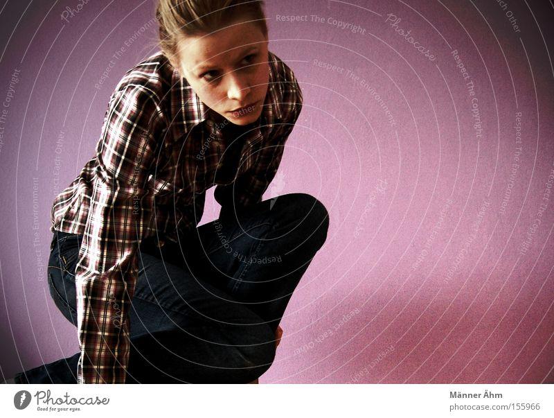 Kleinkariert. Frau Hemd Bluse Bekleidung bücken hocken blond Schwäche Jeanshose Mode
