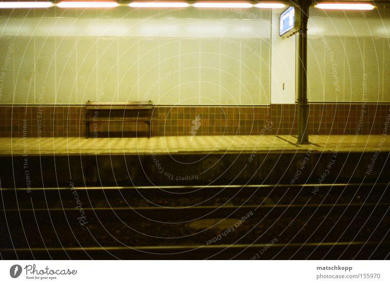 Breitensee-Trash trashig S-Bahn Wien Öffentlicher Personennahverkehr Bank Bahnhof Gleise Eisenbahn graphisch Linie frontal Alltagsfotografie