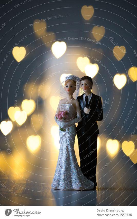 Herzensangelegenheit Mensch Frau Mann weiß Erwachsene gelb Liebe Glück Feste & Feiern Paar Zusammensein stehen Warmherzigkeit Romantik Sicherheit