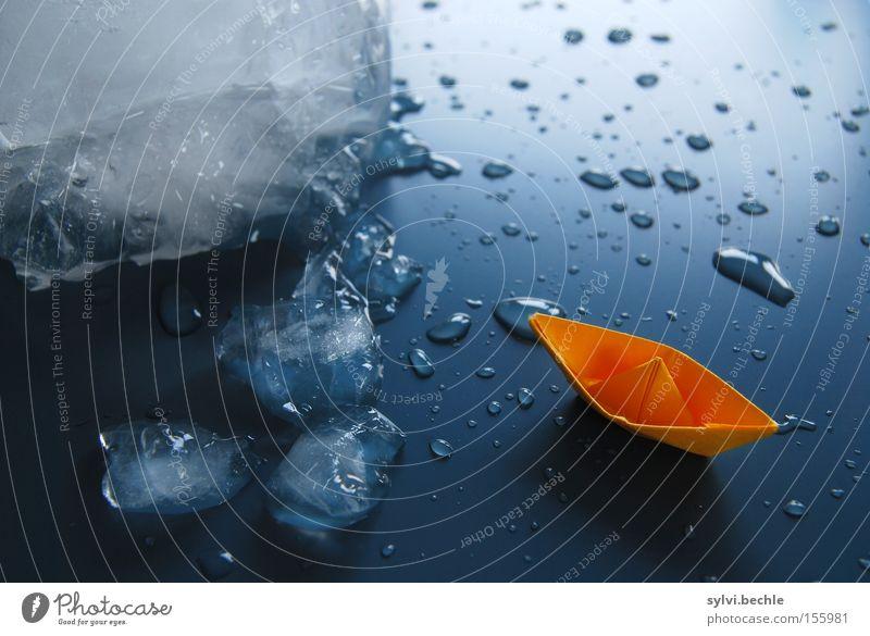 eisberg voraus! Leben Meer Wasser Wassertropfen Eis Frost Wasserfahrzeug Papier Zettel drehen fahren frieren bedrohlich kalt nass blau gefährlich Risiko Eisberg