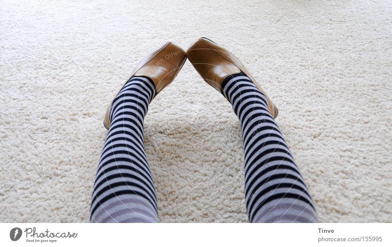 Ich tausch sie wieder um! Oder...? Frau Schuhe Beine Langeweile Strumpfhose Schüchternheit Strümpfe verlegen Ringelstrümpfe