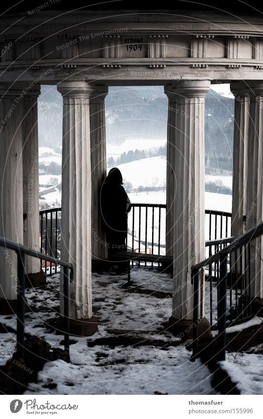 Trauer und Sehnsucht Tempel Pavillon Frau Schnee Ferne Abschied Einsamkeit warten Hoffnung Schmerz Aussicht Verzweiflung historisch Vergänglichkeit Traurigkeit