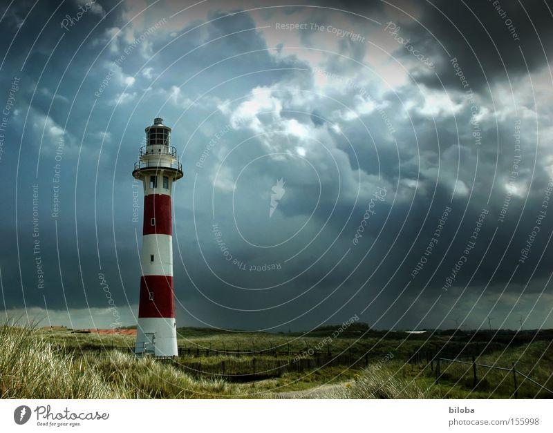 Mitten im Sturm Licht Wolken Klima Wetter Regen Gewitter Küste Nordsee Turm Leuchtturm Architektur Wahrzeichen Denkmal rot Stimmung Moral Navigation