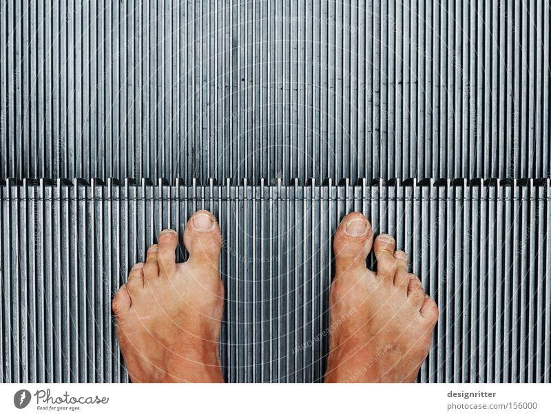Fremder Fuß außergewöhnlich Armut Vertrauen Gegenteil Barfuß fremd Außenseiter Rolltreppe verwundbar Aussteiger