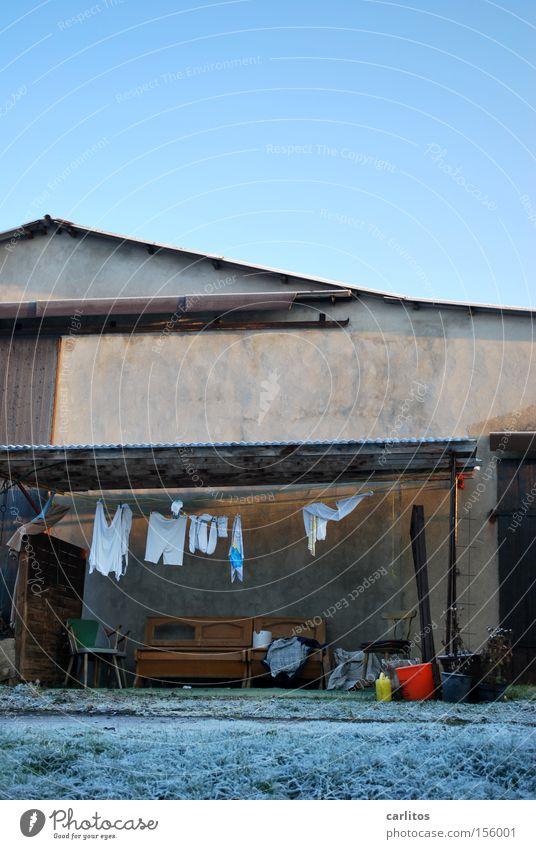 Dauerausstellung Winter Bank Sauberkeit Häusliches Leben Landwirtschaft Bauernhof Stillleben Wäsche Scheune Unterhose Haushalt Wäscheleine Unterhemd Waschtag
