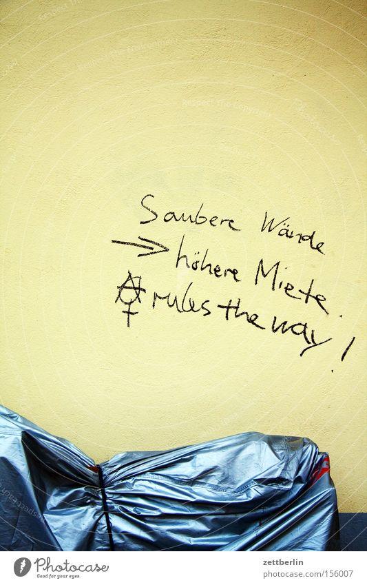 Saubere Wände ---> höhere Miete Neukölln Wand Haus Graffiti beschmutzen Vandalismus Schriftzeichen Schriftstück Mietrecht Besitz Anarchie Motorrad Abdeckung