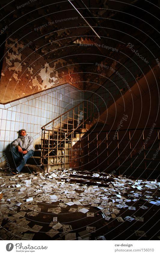 ICH FÜHL MICH WIE ROBINSON CRUSOE... Mensch Mann Jugendliche alt Einsamkeit Erwachsene dunkel Leben Gebäude Traurigkeit Denken Junger Mann sitzen Freizeit & Hobby dreckig warten