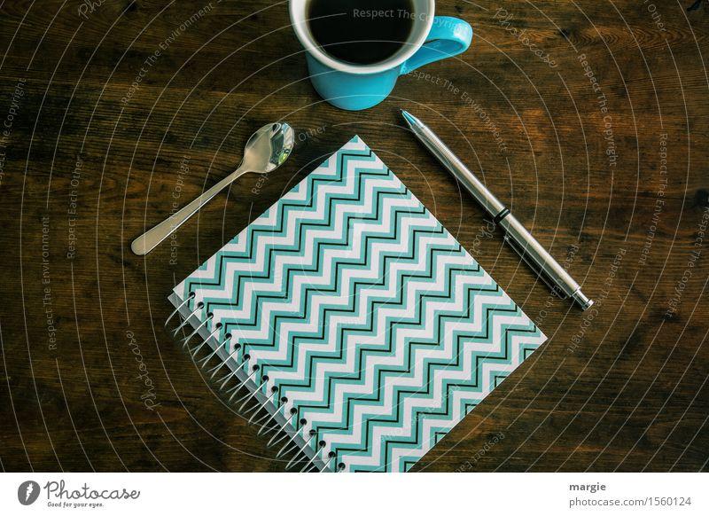 /\/\/\/\/\/\/\/\ Notizbuch, Löffel, Stift und Kaffeetasse auf einen alten Holztisch Tasse Beruf Büroarbeit Arbeitsplatz Medienbranche Werbebranche Börse
