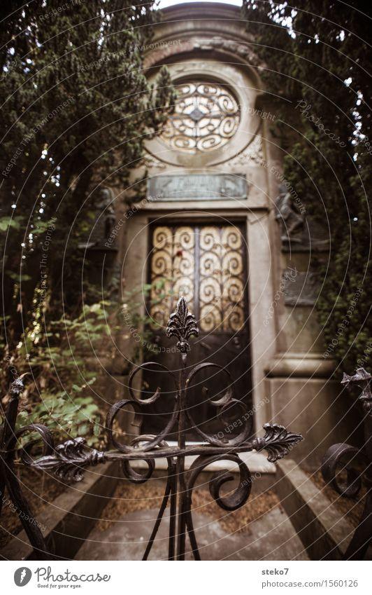 Letzte Tür Krypta Fassade ruhig Trauer Tod Friedhof Tor verziert geschlossen Gedeckte Farben Außenaufnahme Menschenleer