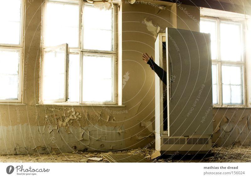KALTES HÄNDCHEN Kühlschrank Eis kalt schäbig Gebäude Fenster Sonnenlicht Verfall verfallen Mann Schatten Blick verstecken Schutz Hallo Küche