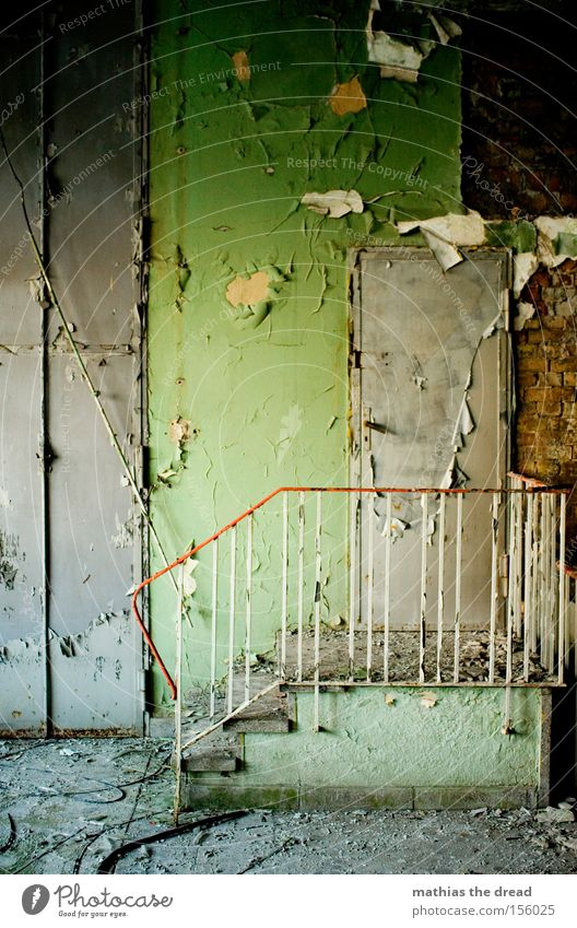 STAIRWAY TO HEAVEN schön alt grün ruhig Einsamkeit Farbe Wand Raum dreckig Tür Treppe verfallen schäbig Geländer Putz