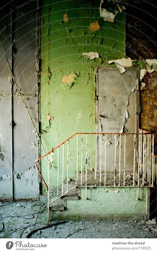 STAIRWAY TO HEAVEN Wand Raum Treppe grün Putz alt schäbig dreckig Einsamkeit ruhig schön verfallen Geländer Farbe abbröckeln Tür Menschenlos