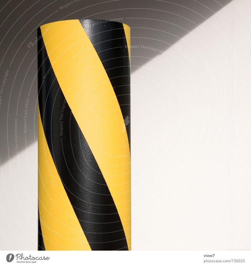 diagonal - gedreht. Warnhinweis Warnung Respekt Hinweis Schilder & Markierungen Reflektor Poller Verkehr Lastwagen Blick Perspektive gelb schwarz Farbe