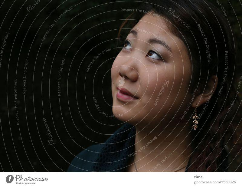 . feminin 1 Mensch Schmuck Ohrringe schwarzhaarig langhaarig beobachten Denken Lächeln Blick warten Freundlichkeit schön Zufriedenheit Lebensfreude Vertrauen