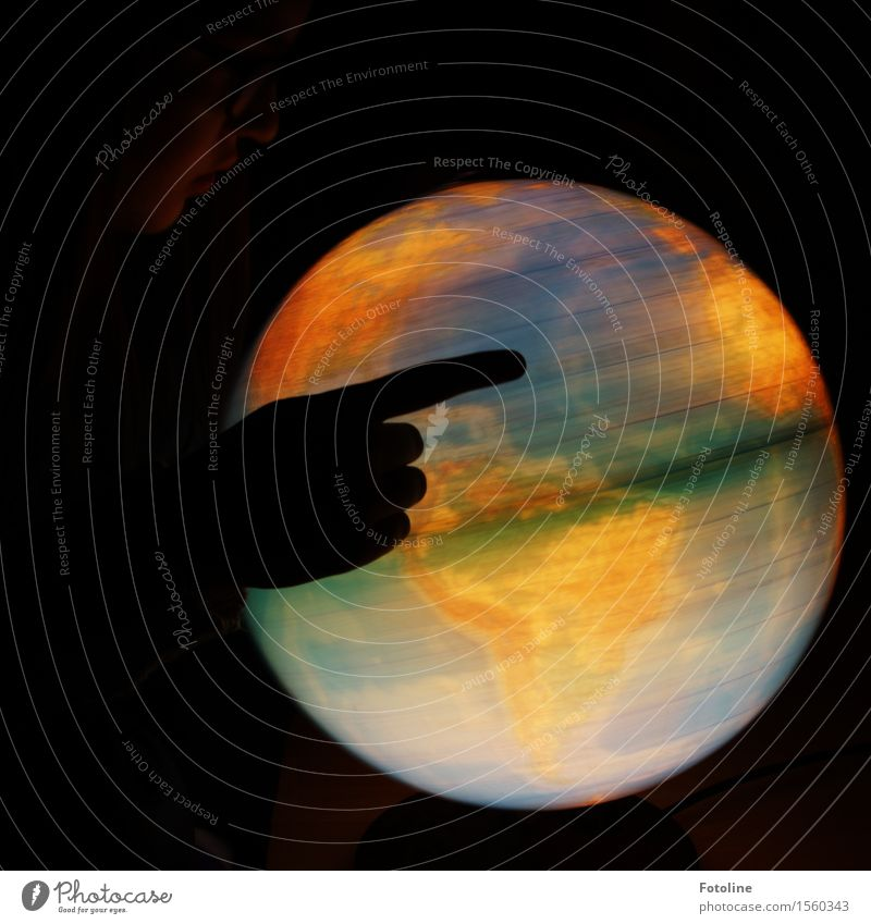 Wo geht die Reise hin? Mensch feminin Mädchen Junge Frau Jugendliche Kindheit Hand Finger 1 schwarz drehen Erde Globus Remixcase Farbfoto Gedeckte Farben
