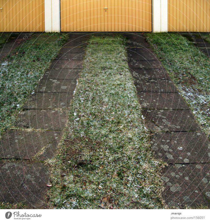 Garage mit Nachtdienst Farbfoto Außenaufnahme Eis Frost Gras Tor Verkehr Verkehrswege Personenverkehr Straßenverkehr Wege & Pfade beweglich Mobilität Spuren