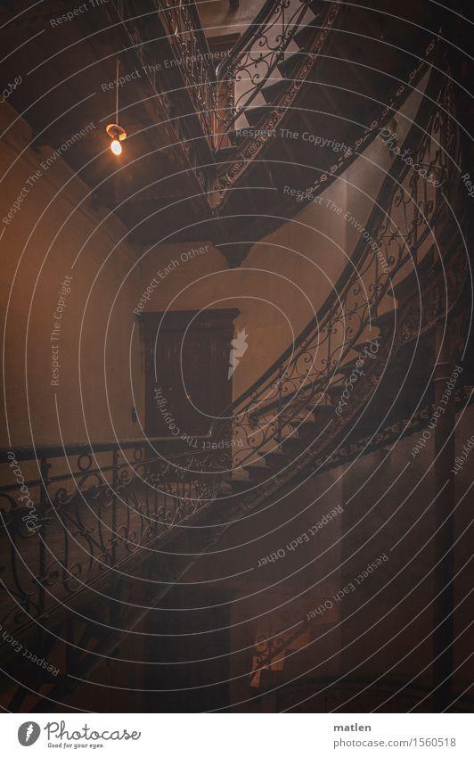 abgestuft Stadt Hauptstadt Stadtzentrum Menschenleer Haus Gebäude Mauer Wand Treppe Tür dunkel retro braun grau orange Gußeisen Funzel Glühbirne Treppenhaus