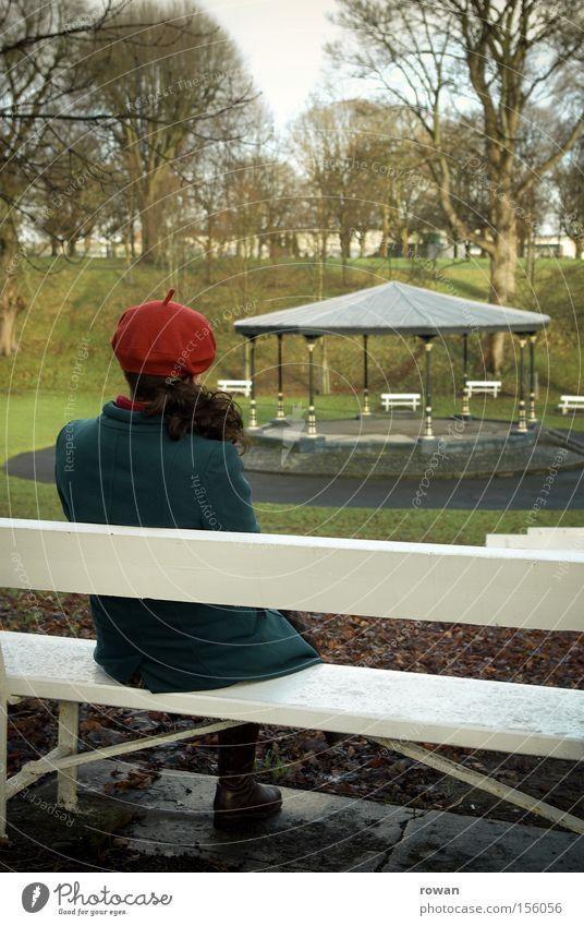 stilles konzert ii Frau Winter ruhig Einsamkeit Herbst Garten Park Denken Trauer Bank Konzert Verzweiflung Orchester innehalten Pavillon