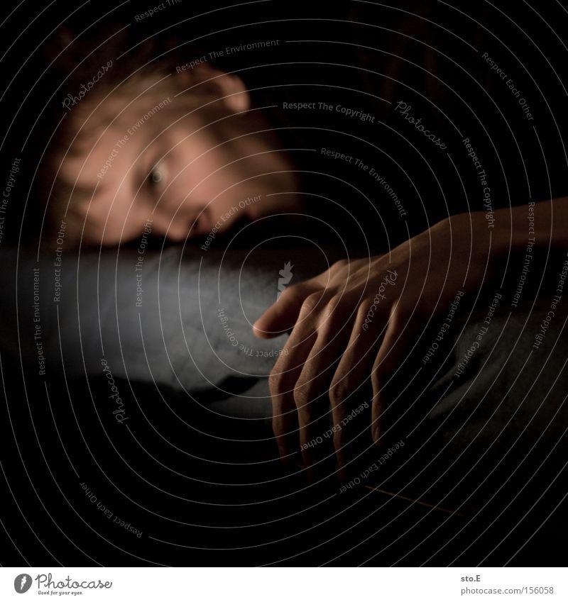 400 | still alive Mensch Mann Hand Gesicht Tod Bett Vergänglichkeit Krallen Schlafzimmer erstaunt Trägheit Bewusstseinsstörung
