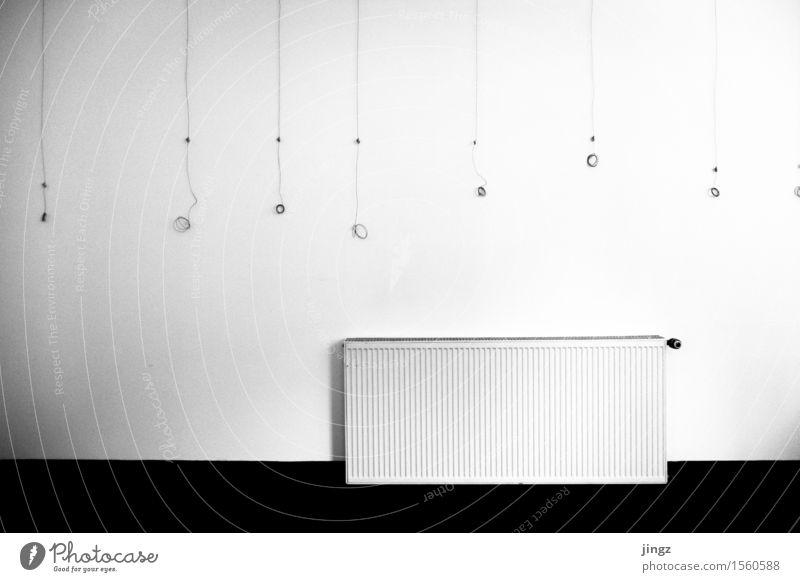 Aufhänger für (m)eine Ausstellung nackt Einsamkeit kalt Wand Kunst trist Energie Klima Coolness Sauberkeit hängen skurril frieren vertikal flach minimalistisch