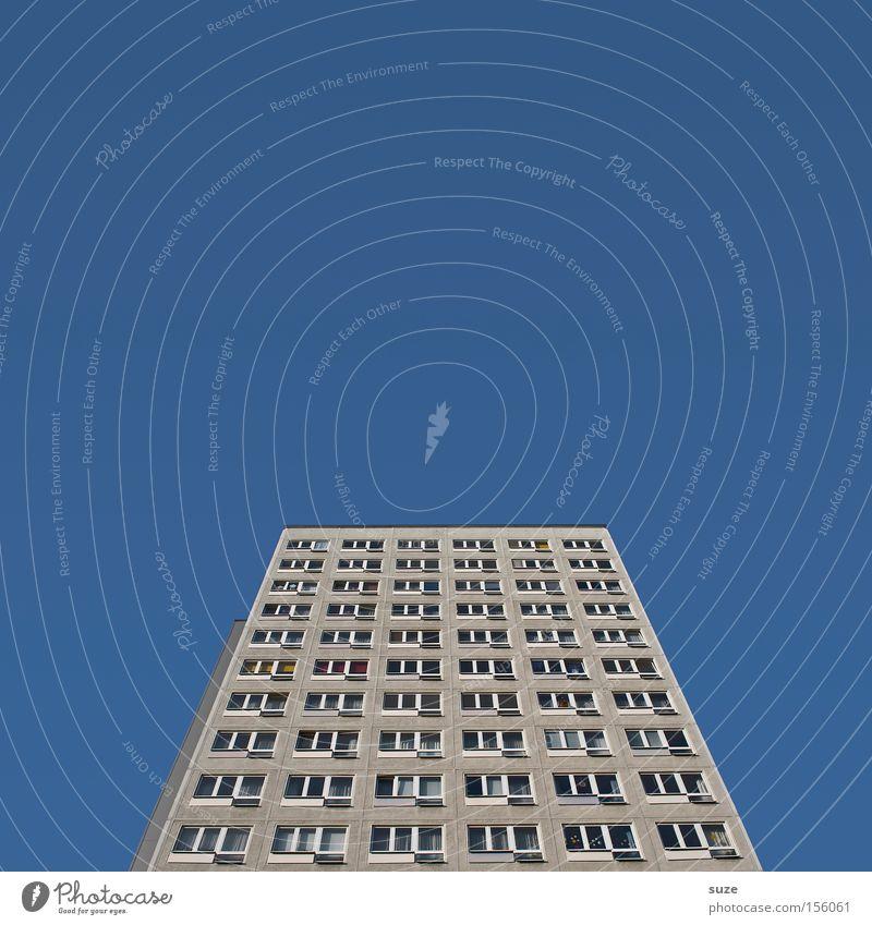 Sprungbrett Himmel blau alt Haus Umwelt Fenster Architektur grau Gebäude Fassade Treppe hoch Beton authentisch Hochhaus Perspektive