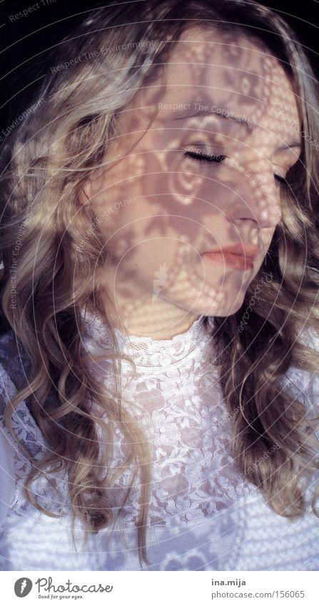 junge blonde Frau mit lockigem Haar hat ihre Augen geschlossen und Schatten im Gesicht schön Haare & Frisuren Haut Kosmetik Schminke Zufriedenheit Erholung