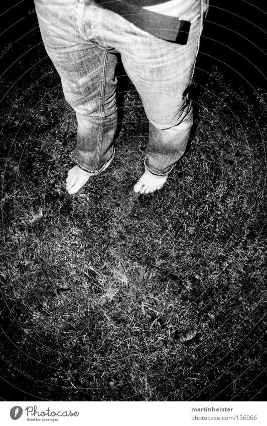 barfuss Mensch Mann Freude Winter Einsamkeit dunkel kalt Gras grau Fuß verrückt Jeanshose Rasen Barfuß