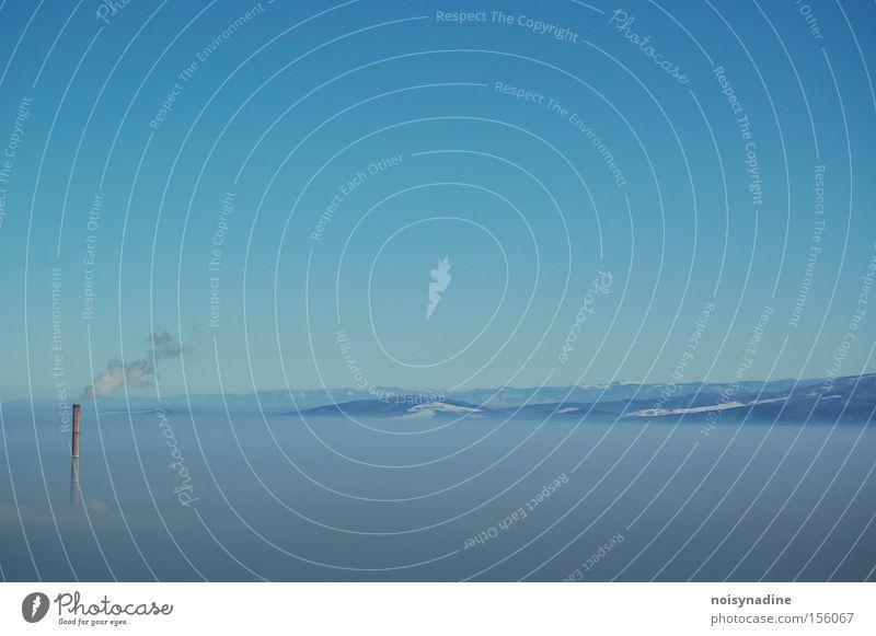 Wolkenkratzer blau Himmel Berge u. Gebirge Schornstein Nebel Rauch hell-blau Winter Schnee Turm Landschaft schön ästhetisch ruhig Smog Neuahr