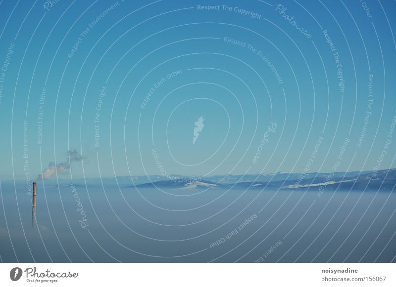 Wolkenkratzer schön Himmel blau Winter ruhig Wolken Schnee Berge u. Gebirge Landschaft Nebel ästhetisch Turm Rauch Schornstein Smog hell-blau