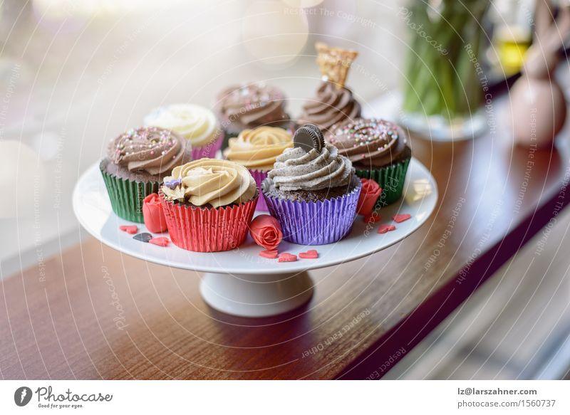Acht süße Cupcakes auf einem Teller Kuchen Dessert Süßwaren Valentinstag Geburtstag Herz Liebe frisch Bäckerei Konfekt Plätzchen Verglasung Zuckerguß Rezept