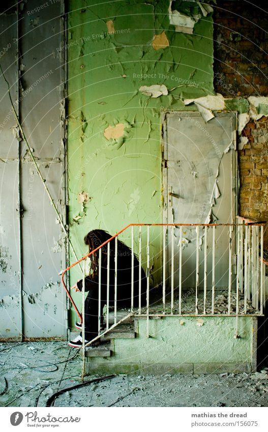TÜRSTEHER Wand sitzen Treppe Trauer grün Putz Farbe alt schäbig dreckig Tür Mann Einsamkeit ruhig schön verfallen Vergänglichkeit