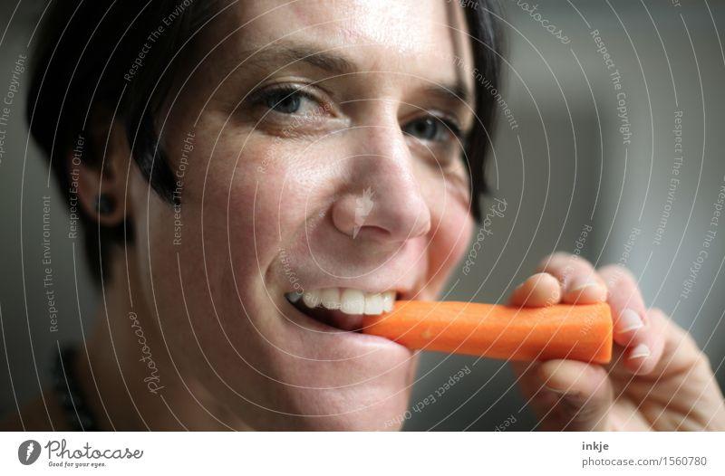 Möhrchen essen ist gesund. Mensch Frau Gesunde Ernährung Gesicht Erwachsene Leben Essen Gesundheit frisch genießen Lächeln Gemüse rein Bioprodukte